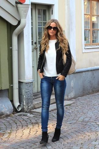 Как и с чем носить: черный твидовый жакет, белая футболка с длинным рукавом, темно-синие джинсы скинни, черные замшевые ботильоны