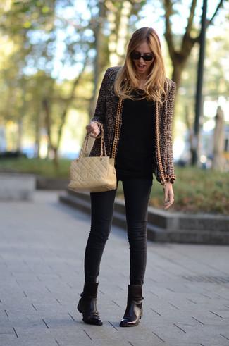 Как и с чем носить: коричневый твидовый жакет, черная футболка с длинным рукавом, черные джинсы скинни, темно-коричневые кожаные ботильоны