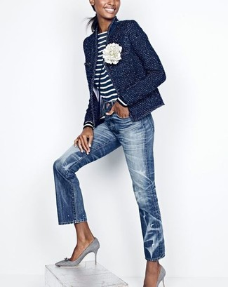 Как и с чем носить: темно-синий твидовый жакет, темно-сине-белая футболка с длинным рукавом в горизонтальную полоску, синие джинсы, серые туфли из плотной ткани