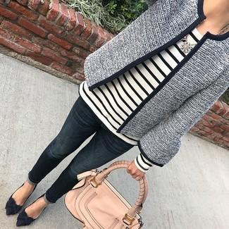 Как и с чем носить: темно-синий твидовый жакет, бело-черная футболка с длинным рукавом в горизонтальную полоску, темно-синие джинсы, темно-синие замшевые туфли