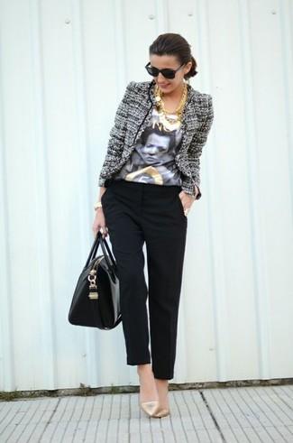 Как и с чем носить: серый твидовый жакет, бело-черная футболка с круглым вырезом с принтом, черные брюки-галифе, золотые кожаные туфли