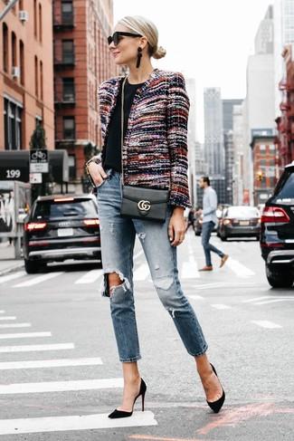 Как и с чем носить: разноцветный твидовый жакет, черная футболка с круглым вырезом, синие рваные джинсы-бойфренды, черные замшевые туфли