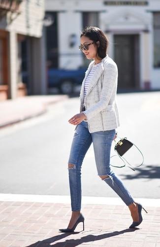 Как и с чем носить: белый твидовый жакет, бело-темно-синяя футболка с круглым вырезом в горизонтальную полоску, синие рваные джинсы скинни, темно-синие замшевые туфли