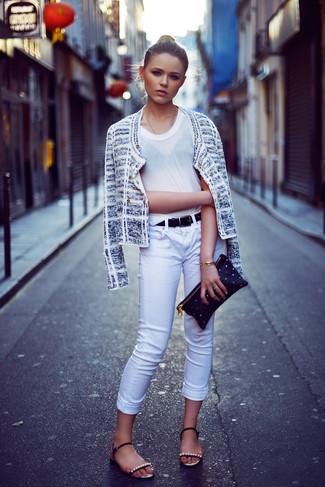 Модные женские луки 2020 фото: Несмотря на свою несложность, сочетание белого твидового жакета и белых джинсов скинни продолжает завоевывать сердца многих девчонок. Если подобный образ кажется тебе слишком дерзким, сбалансируй его черными кожаными сандалиями на плоской подошве с украшением.