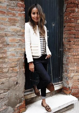 Как и с чем носить: белый твидовый жакет, бело-черная футболка с круглым вырезом в горизонтальную полоску, черные джинсы скинни, светло-коричневые кожаные лоферы с леопардовым принтом