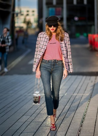 Как и с чем носить: бело-красно-синий твидовый жакет, красная футболка с круглым вырезом в горизонтальную полоску, темно-синие джинсы, красные кожаные босоножки на каблуке