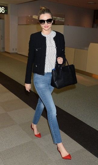 Как и с чем носить: черный твидовый жакет, бело-черная футболка с круглым вырезом в горошек, синие джинсы, красные сатиновые туфли