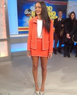 Как и с чем носить: оранжевый твидовый жакет, белая футболка с круглым вырезом, оранжевая твидовая мини-юбка, серые кожаные туфли