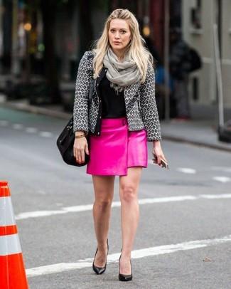 Как и с чем носить: серый твидовый жакет, черная футболка с круглым вырезом, ярко-розовая кожаная мини-юбка, черные кожаные туфли