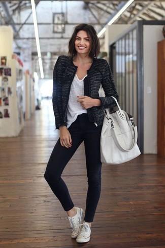 Как и с чем носить: черный твидовый жакет, белая футболка с v-образным вырезом, черные джинсы скинни, белые низкие кеды из плотной ткани