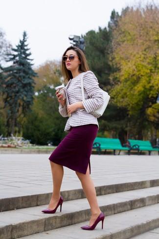 Как и с чем носить: розовый твидовый жакет, темно-красная юбка-карандаш, темно-красные кожаные туфли, белая кожаная сумочка