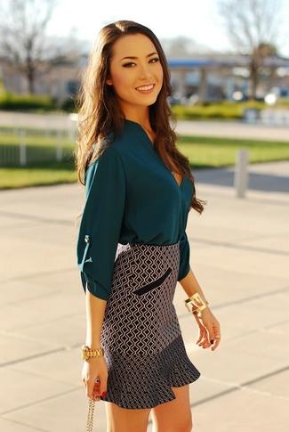Как и с чем носить: темно-бирюзовая шелковая блузка с длинным рукавом, черно-белая мини-юбка с геометрическим рисунком, золотые часы, золотой браслет