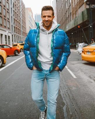 Как и с чем носить: темно-бирюзовая куртка-пуховик, белый худи, голубые джинсы, черные высокие кеды из плотной ткани