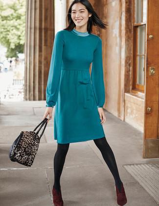 Как и с чем носить: темно-бирюзовое платье-свитер, темно-красные замшевые ботильоны, коричневая замшевая большая сумка с леопардовым принтом, темно-серые колготки
