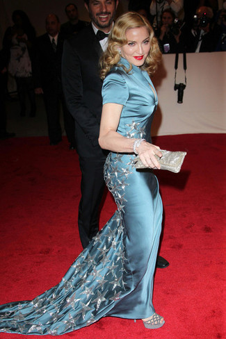 темно бирюзовое шелковое вечернее платье серые замшевые босоножки на каблуке серебряный клатч large 27387
