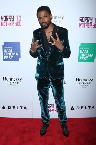 Как и с чем носить: темно-бирюзовый бархатный костюм, черная шелковая классическая рубашка, черные кожаные туфли дерби с украшением
