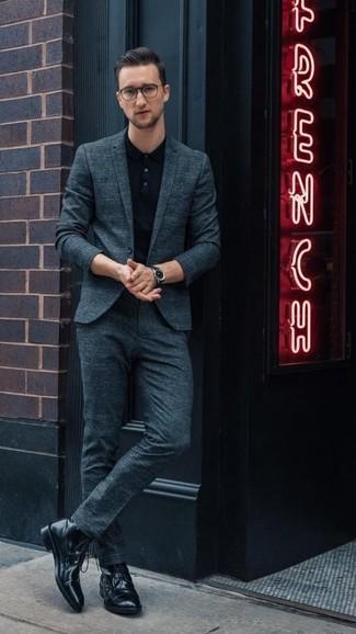 Как и с чем носить: темно-бирюзовый костюм, черная футболка-поло, черные кожаные повседневные ботинки, черные кожаные часы