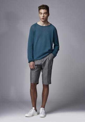 Как и с чем носить: темно-бирюзовый свитер с круглым вырезом, серые шорты в вертикальную полоску, белые кожаные низкие кеды