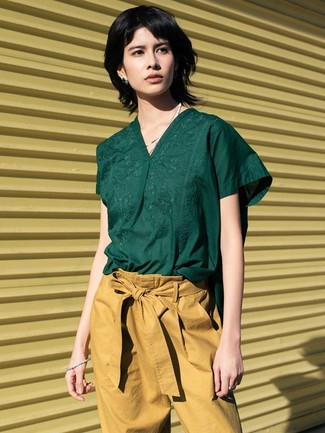 Светло-коричневые брюки-галифе: с чем носить и как сочетать женщине: Попробуй сочетание темно-зеленой блузы с коротким рукавом и светло-коричневых брюк-галифе, и ты получишь стильный непринужденный образ, который подойдет на каждый день.
