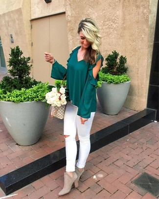 Как и с чем носить: темно-зеленая блузка с длинным рукавом с рюшами, белые рваные джинсы скинни, серые замшевые ботильоны, серая большая сумка из плотной ткани с принтом