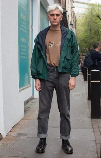 Светло-коричневая футболка с круглым вырезом с принтом: с чем носить и как сочетать мужчине: Стильное сочетание светло-коричневой футболки с круглым вырезом с принтом и темно-серых джинсов подходит для тех мероприятий, когда комфорт ценится превыше всего. Выбирая обувь, сделай ставку на безвременную классику и надень черные кожаные повседневные ботинки.