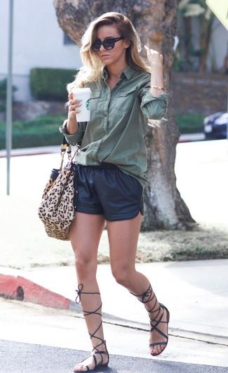 Как и с чем носить: темно-зеленая классическая рубашка, черные кожаные шорты, черные кожаные высокие гладиаторы, светло-коричневая замшевая большая сумка с леопардовым принтом