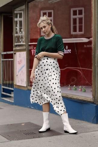 Белые кожаные ковбойские сапоги: с чем носить и как сочетать женщине: Темно-зеленая кофта с коротким рукавом в паре с бело-черной юбкой-миди в горошек — классная идея для создания наряда в стиле smart casual. Дополни наряд белыми кожаными ковбойскими сапогами, если боишься, что он получится слишком отполированным.