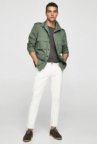 Белые джинсы: с чем носить и как сочетать мужчине: Несмотря на то, что это достаточно простой лук, сочетание темно-зеленой куртки в стиле милитари и белых джинсов приходится по вкусу стильным молодым людям, неизбежно покоряя при этом сердца противоположного пола. Не прочь добавить в этот образ толику эффектности? Тогда в качестве обуви к этому луку, выбери темно-серые замшевые туфли дерби.