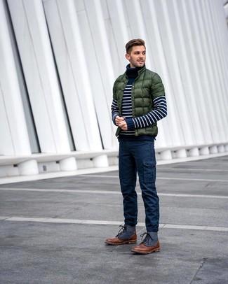 Как и с чем носить: темно-зеленая куртка-пуховик, темно-сине-белая водолазка в горизонтальную полоску, темно-синие брюки карго, коричневые кожаные повседневные ботинки