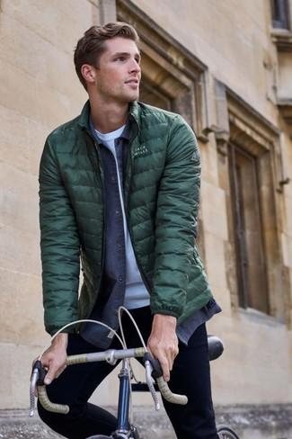 Как и с чем носить: темно-зеленая куртка-пуховик, темно-синяя джинсовая рубашка, белая футболка с круглым вырезом, черные зауженные джинсы