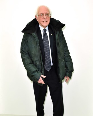 Как и с чем носить: темно-зеленая куртка-пуховик, черный костюм, белая классическая рубашка, черно-белый галстук с принтом