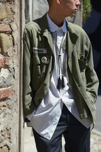 Как и с чем носить: темно-зеленая куртка-рубашка, белая рубашка с длинным рукавом в вертикальную полоску, темно-серые классические брюки