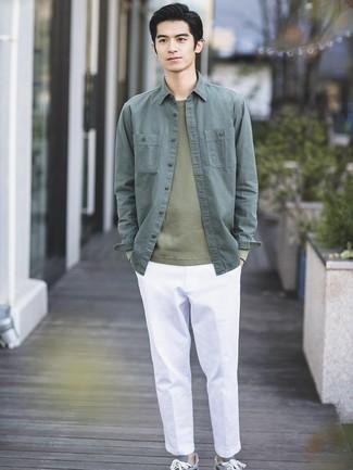 Как и с чем носить: темно-зеленая куртка-рубашка, оливковый свитер с круглым вырезом, белые брюки чинос, серые низкие кеды