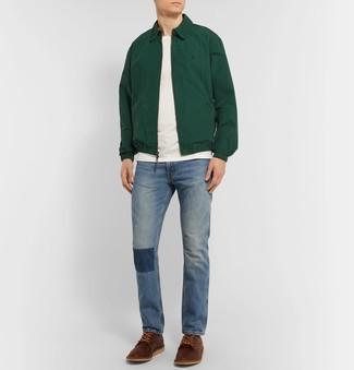 Как и с чем носить: темно-зеленая куртка харрингтон, белая футболка с круглым вырезом, синие джинсы, коричневые кожаные туфли дерби