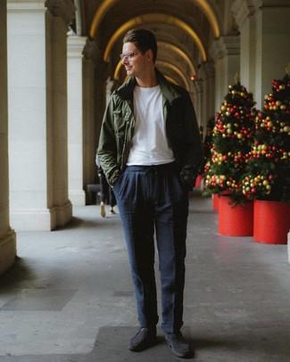 Как и с чем носить: темно-зеленая полевая куртка, белая футболка с круглым вырезом, темно-синие брюки чинос, темно-серые замшевые туфли дерби