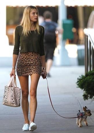 темно зеленая футболка с длинным рукавом коричневая мини юбка белые низкие кроссовки бежевая большая сумка large 998