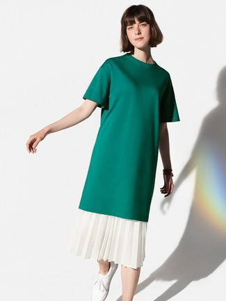 Как и с чем носить: темно-зеленая футболка с круглым вырезом, белая юбка-миди со складками, белые кожаные низкие кеды
