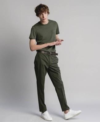 Темно-зеленая футболка с круглым вырезом: с чем носить и как сочетать мужчине: Темно-зеленая футболка с круглым вырезом и темно-зеленые брюки чинос — необходимые вещи в гардеробе любителей стиля кэжуал. Идеально здесь будут выглядеть белые кожаные низкие кеды.