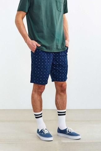 Темно-зеленая футболка с круглым вырезом: с чем носить и как сочетать мужчине: Темно-зеленая футболка с круглым вырезом и темно-синие шорты с принтом — прекрасный лук для джентльменов, которые постоянно в движении. В тандеме с этим луком органично будут смотреться синие низкие кеды из плотной ткани.