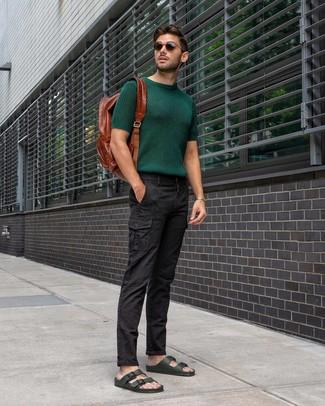Как и с чем носить: темно-зеленая вязаная футболка с круглым вырезом, черные брюки карго, темно-зеленые кожаные сандалии, коричневый кожаный рюкзак