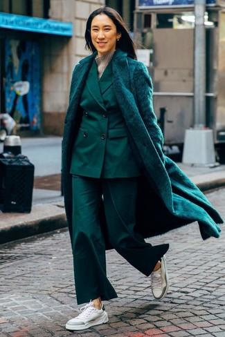 Как и с чем носить: темно-зеленая шуба, темно-зеленый костюм, серая шерстяная водолазка, белые кожаные низкие кеды