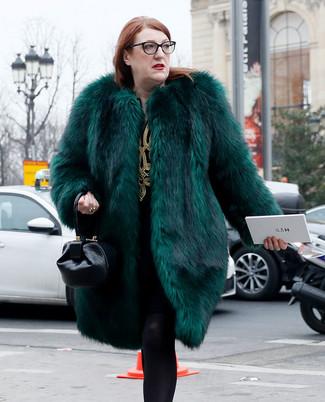 Как и с чем носить: темно-зеленая шуба, черно-золотое платье прямого кроя с вышивкой, черная кожаная сумочка, черные шерстяные колготки