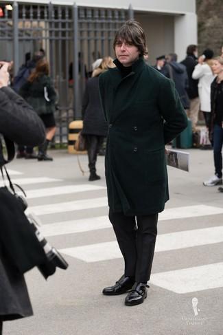 Как и с чем носить: темно-зеленое длинное пальто, черная водолазка, черные классические брюки, черные кожаные монки с двумя ремешками