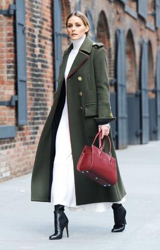 Как и с чем носить: темно-зеленое пальто, белое платье-свитер, черные кожаные ботильоны, красная кожаная большая сумка