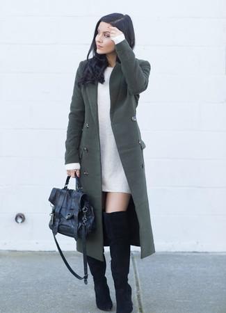 Как и с чем носить: темно-зеленое пальто, белое платье-свитер, черные замшевые ботфорты, черная кожаная сумка-саквояж