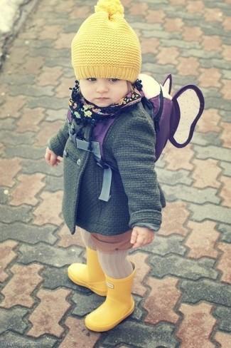 Как и с чем носить: темно-зеленое пальто, желтые резиновые сапоги, желтая шапка