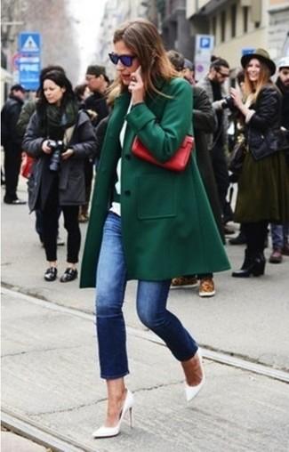 Темно-зеленое пальто в паре с темно-синими джинсами однозначно будет обращать на тебя восхищенные взгляды окружающих. Белые кожаные туфли добавят ансамблю утонченности.