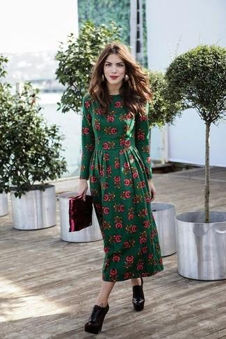 Как и с чем носить: темно-зеленое платье-миди с цветочным принтом, темно-красные кожаные ботильоны на шнуровке, темно-красный кожаный клатч, золотые серьги