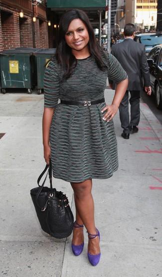 Как и с чем носить: темно-зеленое повседневное платье в горизонтальную полоску, фиолетовые замшевые туфли, черная кожаная сумка-мешок, черный кожаный пояс