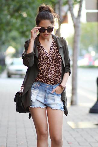 Как и с чем носить: темно-зеленый анорак, светло-коричневая блузка с длинным рукавом с леопардовым принтом, голубые джинсовые рваные шорты, черная кожаная сумка через плечо